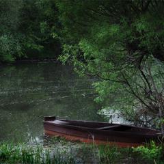 Лодка в солнечной глуши