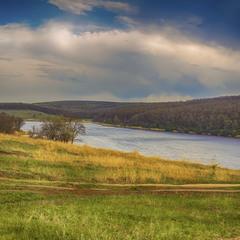 Річка серед пагорбів