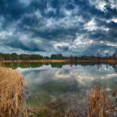 похмурий день на озері