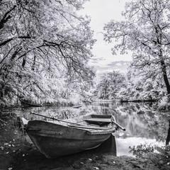 лодка на берегу в ИК
