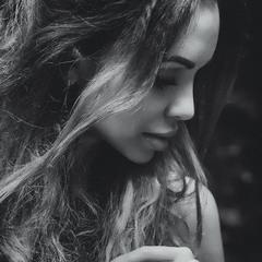 Гламурный черно-белый портрет вне студии. A glamorous black and white portrait outside the studio.