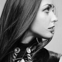 Модный, гламурный, черно-белый портрет.