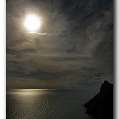 Просторы лунные над спящими волнами...
