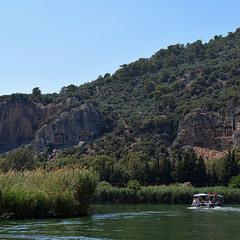 Стародавній лікійський некпрополь висічений в скелі.