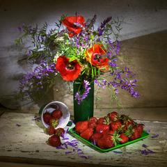 З полуницею та літніми квітами