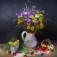 Летняя композиция с черешней и полевыми цветами