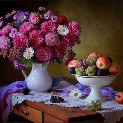 С букетом астр и фруктами