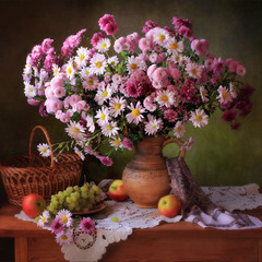 С букетом хризантем и фруктами