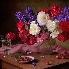 С букетом роз и ягодами