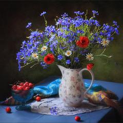 С букетом полевых цветов и ягодами