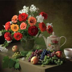 С букетом цинний и фруктами