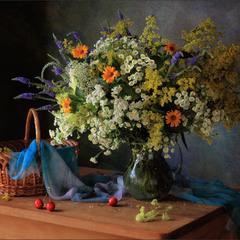С букетом луговых цветов