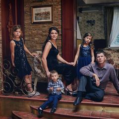 Красивая семья.