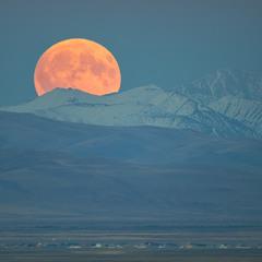 Восход луны над границей Монголии и Алтая.
