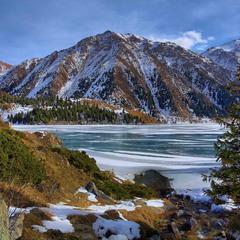 По ущелью у зимнего озера