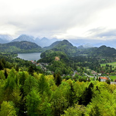 Замок Хоеншванґау між озерами Альпзеє (ліворуч) і Шванзеє * Schloss Hohenschwangau