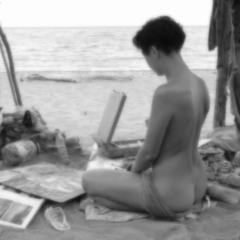 На березі моря творила вона
