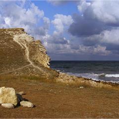 Скала и море… Облака плывут над ними.