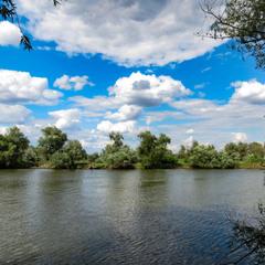 У реки.