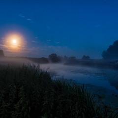 Місяць по небу ходить...