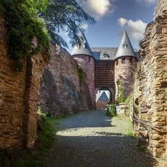 в старом замке тишина