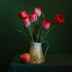 натюрморт с тюльпанами и яблоком