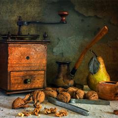 натюрморт з горіхами, чашкою кави і грушею