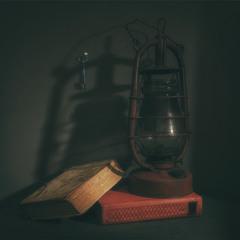 натюрморт с книгами, гасової лампою і ключем