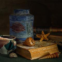 натюрморт з книгами, чашкою кави і підзорної трубою