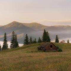 Хатинка з видом на гори