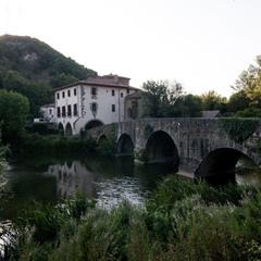Село солнце за гору, старый мост накрыла тень