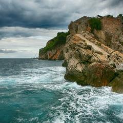 Море, скалы, небо.