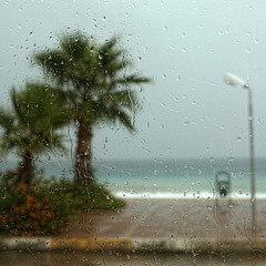 А за окном дождь.