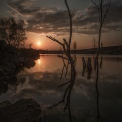У вечернего озера