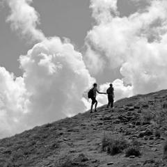 Парня в горы тяни, рискни, ....