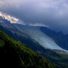 Глотает ледник последние лучики солнца