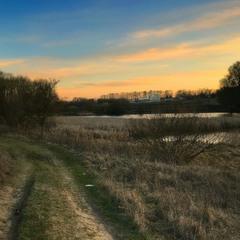 Весняний захід сонця на ставку