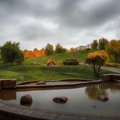 Осінь в парку -  барви грають, сумний дощ спадає