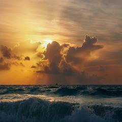 """В """"огне"""" стихий... побережье Мексики."""