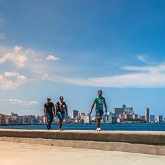 Идущие по Малекону...Гавана.Куба.