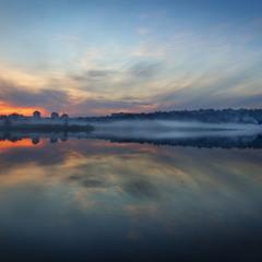 Осенний дым струится над рекою