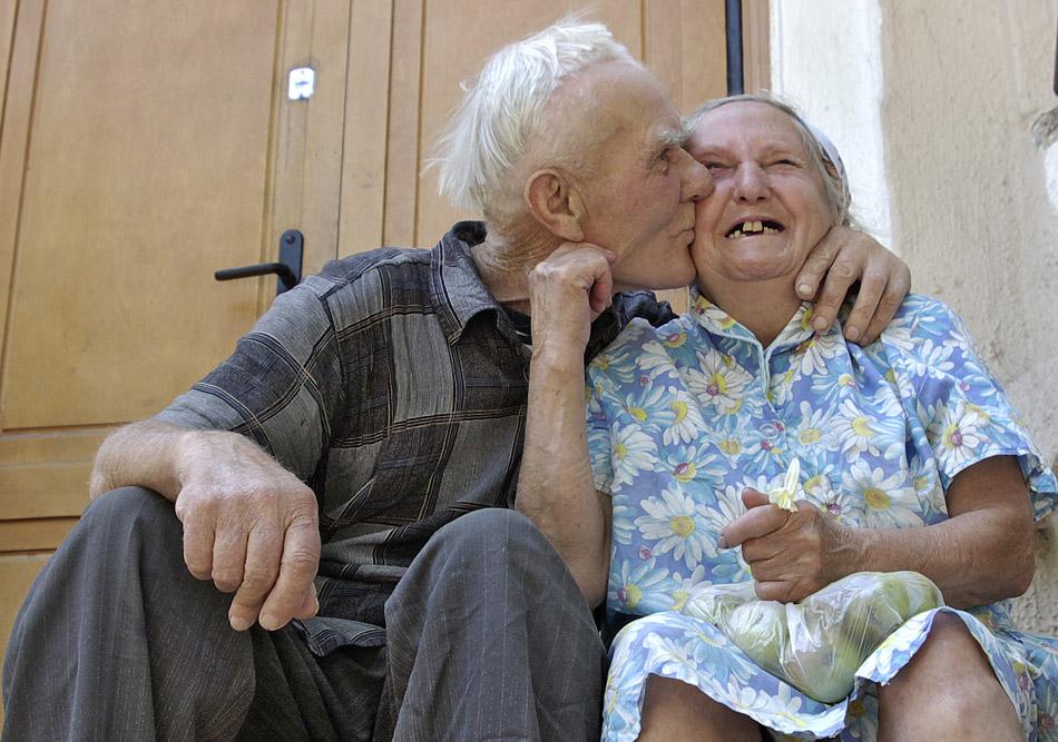 дедушка соблазнил внучку на кухне и дал в рот фото