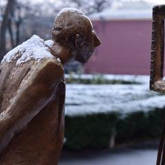 Когда снег за шиворот, но ты прежде всего ценитель искусства!!)