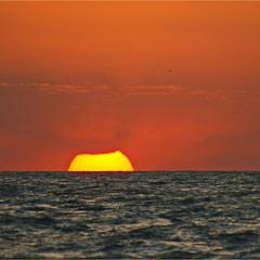 Схід щербатого сонця над Азовом.