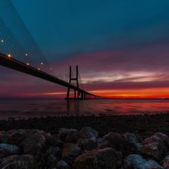 Красный рассвет на мосту Васко да Гама.
