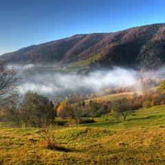 На долині туман