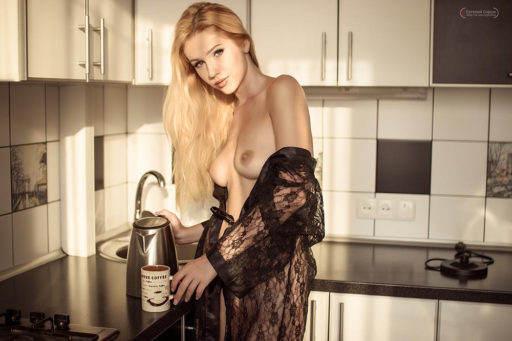 foto-blondinok-nyu-na-kuhne
