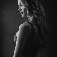 Черно-белый портрет в драматических тонах