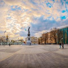 Майдан Конституції, місто Харків. Не було карантину.