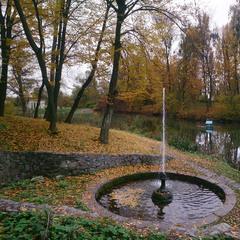 Фонтан в осеннем парке